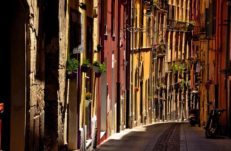 Traghetti Palermo Cagliari | Via con case colorate nel centro di Cagliari