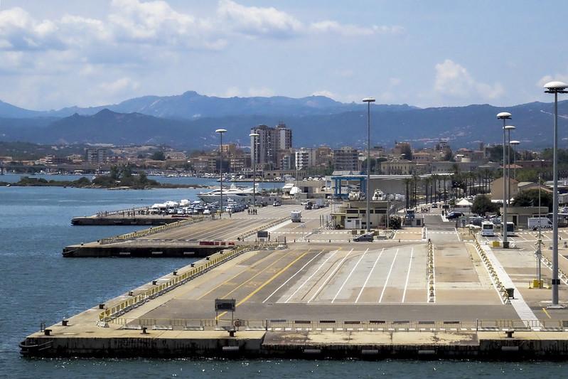 Traghetti Genova Olbia | Porto di Olbia e città visti dall'alto