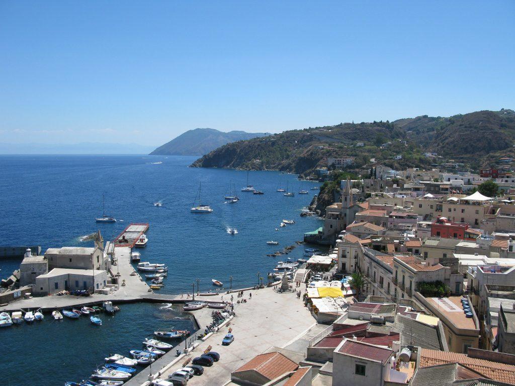 Traghetti Milazzo Lipari | Il porto di Lipari visto dall'alto in una giornata di sole
