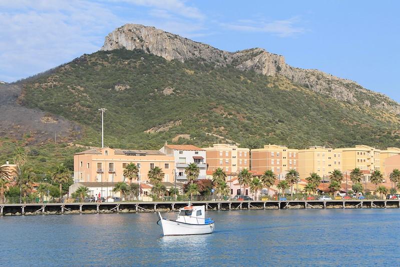 Traghetti Livorno Golfo Aranci   Golfo degli Aranci: il porto e le montagne