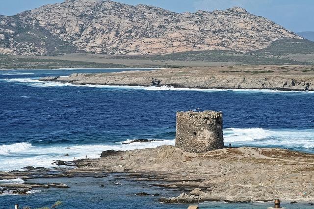 Traghetti Genova Porto Torres | Le scogliere di Porto Torres con le rovine di un'antica torre
