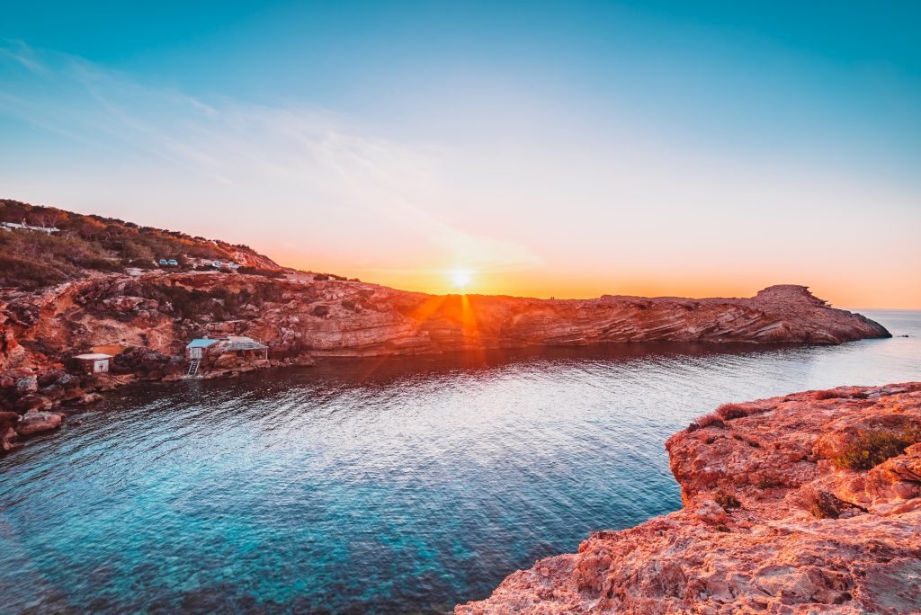 Traghetti Ibiza Formentera | Tramonto nella costa rocciosa di Ibiza