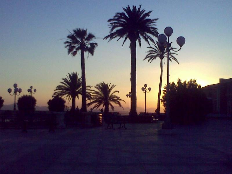 Traghetti Napoli Cagliari | Piazza al tramonto a Cagliari