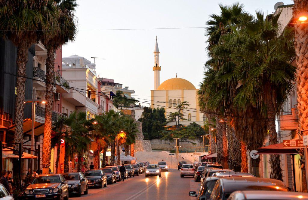 Traghetti Bari Durazzo | Durazzo centro con una delle tante moschee in città