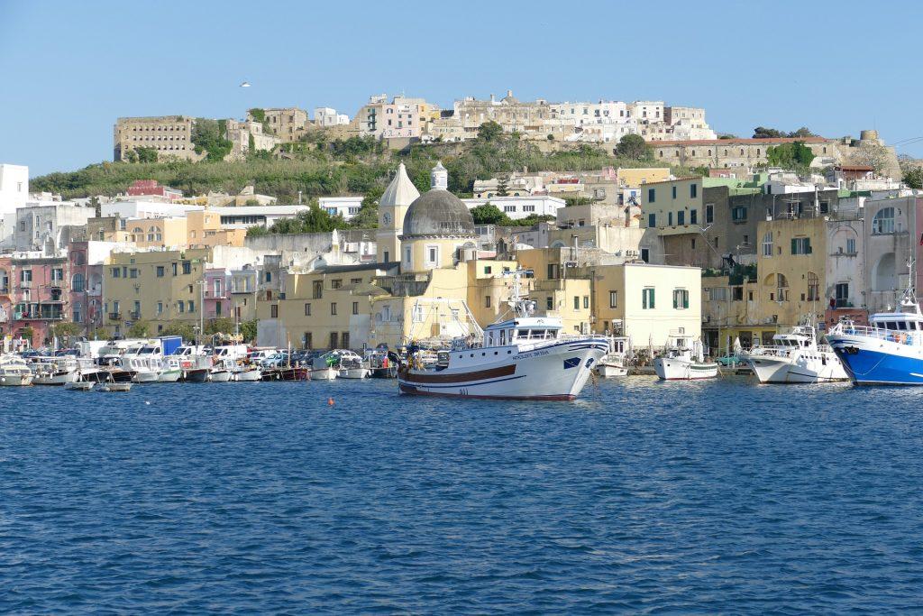 Nave in partenza da Ischia | Traghetti Pozzuoli Ischia