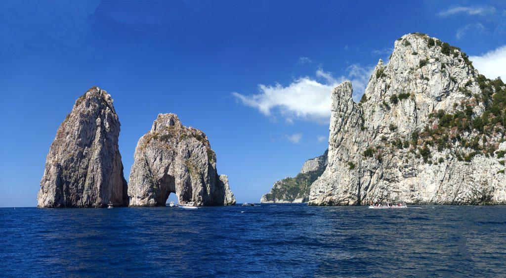 Spettacolari scogliere all'isola di Capri   Traghetti Napoli Capri
