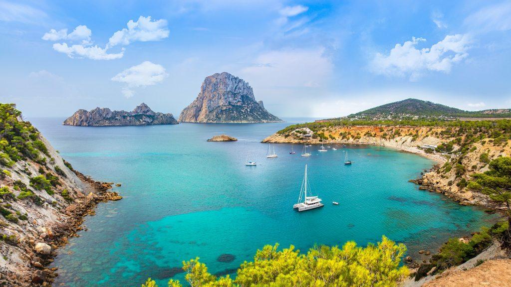 Traghetti Barcellona Ibiza | Barche e mare in una delle tante spiagge a Ibiza