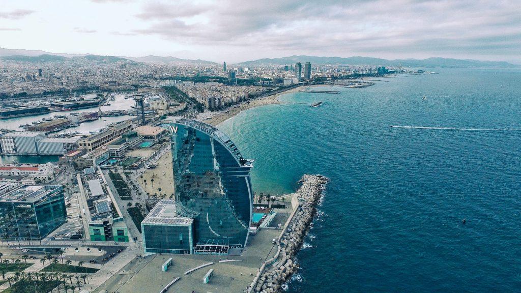 Porto di Barcellona con l'iconico Hotel Vela | Traghetto Civitavecchia Barcellona