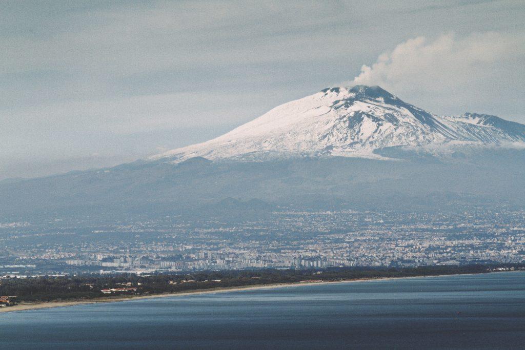 Traghetti Napoli Catania | L'Etna e la città di Catania visti dal mare