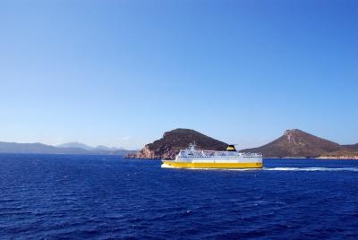 Traghetti per la Sardegna | Traghetto che naviga verso le coste della Sardegna
